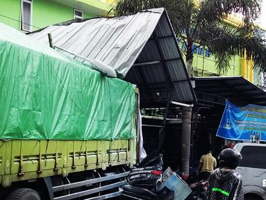 Truk tronton menabrak sejumlah kendaraan di depan RSU Muhammadiyah Siti Aminah Bumiayu, Brebes, Jawa Tengah, Senin (10/12). Truk bernomor polisi B 9370 WYT itu menabrak 10 sepeda motor dan 5 mobil. (Liputan6.com/Fajar Eko Nugroho)