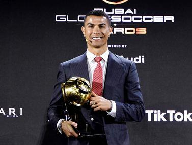 FOTO: Singkirkan Lionel Messi, Cristiano Ronaldo Sabet Penghargaan Pemain Terbaik Abad Ini