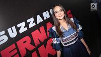 Aktris Luna Maya berpose saat konferensi pers film terbarunya Suzzana: Bernapas dalam kubur di Jakarta, Senin (24/9). Secara resmi, rumah produksi Soraya Intercine Films memperkenalkan Luna Maya sebagai pemeran Suzzanna.  (Liputan6.com/Faizal Fanani)