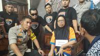 Umi Salma (50) pelaku investasi bodong yang menggunakan CV Permata Bunda, akhirnya tertangkap Tim Cobra Polres Lumajang. (Liputan6.com/ Dian Kurniawan)