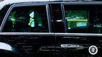 Presiden AS Donald Trump melambaikan tangan ketika mobilnya meninggalkan hotel Shangri-La, Singapura, Selasa (12/6). Trump dan pemimpin Korea Utara, Kim Jong-un akan bertemu dalam KTT Korea Utara-AS di Hotel Capella, Pulau Sentosa. (AP/Gemunu Amarasinghe)