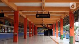 Suasana ruang tunggu keberangkatan Terminal Kampung Rambutan, Jakarta, Sabtu (25/4/2020). Untuk mencegah dan memutus mata rantai penularan virus Covid-19, pemerintah resmi melarang aktivitas mudik pada Jumat (24/4) lalu. (Liputan6.com/Helmi Fithriansyah)