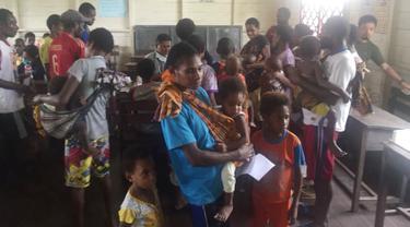 Satgas Kesehatan TNI Beri Vaksin Campak di Asmat