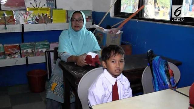 Ratusan para orang tua, baik para  ibu dan bapak-bapak, pagi hari ini, 16 juli 2018, mengantarkan anak-anaknya masuk belajar kelas 1 di SD Negeri 47 Palembang.