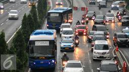 Bus APTB melintas di jalur busway di kawasan Gatot Soebroto, Jakarta, Senin (23/5). Dishubtrans DKI Jakarta akan berlakukan larangan APTB beroperasi di jalur Transjakarta mulai 1 Juni mendatang. (Liputan6.com/Yoppy Renato)
