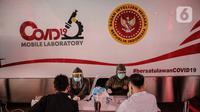Petugas kesehatan melaksanakan tes diagnostik cepat Covid-19 di Terowongan Kendal, Jakarta, Rabu (6/5/2020). Pemeriksaan yang diselenggarakan BIN tersebut untuk mencegah penyebaran Covid-19 dari orang yang berpotensi terpapar saat beraktivitas di ruang publik. (Liputan6.com/Faizal Fanani)