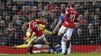 Kiper Chelsea Thibaut Courtois dengan gemilang memblok bola sepakan gelandang MU Ander Herrera dalam lanjutan Liga Premier Inggris di Old Trafford, Selasa (29/12/2015). (Liputan6.com/Reuters / Phil Noble Livepic)
