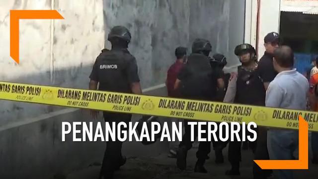Polisi menggelar oleh tempat kejadian perkara (TKP) di rumah terduga teroris Endang alias Abu Rafi alias Pak Jenggot di Cibinong, Bogor, Jawa Barat. Olah TKP Digelar Tertutup, polisi meminta warga menjauh dari TKP.