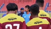 Pelatih Persik Kediri, Budi Sudarsono, memimpin latihan di Stadion Brawijaya Kota Kediri, Selasa (1/9/2020). (Bola.com/Gatot Susetyo)