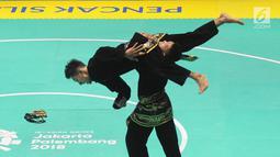 Pesilat Indonesia Yolla Primadona Jumpil dan Hendy beraksi dalam nomor seni ganda putra Asian Games 2018 di Padepokan Pencak Silat, TMII, Jakarta, Senin (27/8). Tim silat Indonesia meraih medali emas dengan skor 580. (Merdeka.com/Arie Basuki)
