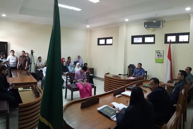 MH mengikuti sidang vonis kasus penganiayaan Guru Budi di Pengadilan Negeri (PN) Sampang Selasa (6/3). (RUSYDI ZAIN/RadarMadura/JawaPos.com)
