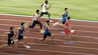 Para pelari beradu cepat pada babak kualifikasi nomor 100 meter cabang atletik Asian Games di SUGBK, Jakarta, Sabtu (25/8/2018). (Bola.com/Vitalis Yogi Trisna)