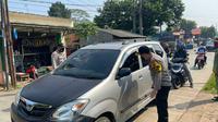 Polisi melakukan operasi penyekatan di kawasan C ileungsi, Bogor. Operasi ini berkaitan dengan larangan mudik Lebaran 2021. (Liputan6.com/Achmad Sudarno)