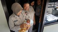 Sejumlah petugas polisi dan staf sedang meihat kondisi bayi nahas yang dibuang orangtuanya dan sekarang dititpkan di Dokkes Bhayangkara Polresta Solo, Selasa (27/2).(Liputan6.com/Fajar Abrori)