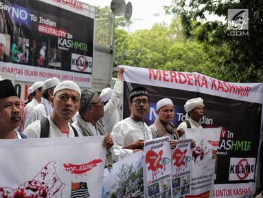 Massa yang tergabung dalam Aksi Solidaritas Islam Indonesia untuk Kashmir menggelar aksi di depan Kedubes India, Jakarta, Rabu (6/2). Massa meminta pemerintah India untuk menarik pasukan militer dari wilayah Kashmir. (Liputan6.com/Faizal Fanani)