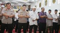 Polda Jatim bersama sejumlah mahasiswa di Surabaya, melaksanakan salat Gaib di Masjid Arif Nurul Huda, Mapolda Jatim, Selasa (1/10/2019). (Foto: Liputan6.com/Dian Kurniawan)