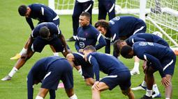 Penyerang Prancis, Kylian Mbappe, mengikuti sesi latihan jelang laga UEFA Nations League di Paris, Senin (7/9/2020). Pemain muda PSG itu akan absen melawan Kroasia karena dinyatakan positif terjangkit COVID-19. (AFP/Franck Fife)