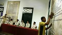 Petugas membersihkan ruangan diorama di Museum Sumpah Pemuda, Jakarta, Selasa (23/10). Terdiri atas 8 ruangan, sejarah pergerakan pemuda Indonesia dipaparkan secara lengkap lewat dinding-dinding yang dipenuhi naskah informatif. (Merdeka.com/Imam Buhori)