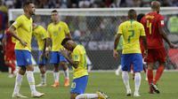 Striker Brasil, Neymar, tampak kecewa usai dikalahkan Belgia pada laga perempat final Piala Dunia di Kazan Arena, Kazan, Jumat (6/7/2018). Belgia menang 2-1 atas Brasil. (AP/Andre Penner)