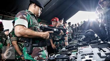 Panglima TNI Jenderal Gatot Nurmantyo memeriksa kelengkapan senjata usai Apel Gelar Pasukan Pengamanan KTT OKI ke-5 di Silang Monas, Jakarta Pusat, Selasa (1/3/2016). (Liputan6.com/Faizal Fanani)