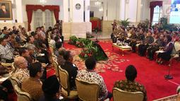 Presiden Joko Widodo saat menerima perwakilan nelayan seluruh Indonesia di Istana Negara, Jakarta, Selasa (22/1). Jokowi mengingatkan para nelayan serta pengusaha perikanan untuk menggunakan Bank Mikro Nelayan. (Liputan6.com/Angga Yuniar)