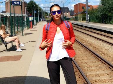 Gaya Dita Anggraeni satu ini juga bisa dijadikan sebagai inspirasi ketika berlibur. Hanya menggunakan kaus putih dan celana hitam, penampilannya dipercantik dengan jaket merah serta kacamata biru yang senada dengan ranselnya. (Liputan6.com/IG/@ditaofficial.id)