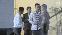 Gubernur Jambi Zumi Zola usai menjalani pemeriksaan di Gedung KPK, Jakarta, Kamis (15/2). KPK telah menetapkan Zumi Zola dan Plt Kadis PUPR Arfan sebagai tersangka kasus dugaan penerimaan gratifikasi  (Liputan6.com/Herman Zakharia)