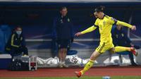 Pemain Swedia Zlatan Ibrahimovic mencoba mengontrol bola saat melawan Kosovo pada pertandingan Grup B kualifikasi Piala Dunia 2022 di Stadion Fadil Vokrri, Pristina, Kosovo, Minggu (28/3/2021). Swedia menang 3-0. (AP Photo/Visar Kryeziu)