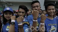 Sejumlah suporter Persib Bandung menunjukan gelang tiket jelang pertandingan antara Persib Bandung vs Arema  FC di GBLA, Sabtu (15/04/2017). Tiket gelang tersebut dikenakan QR code dan Barcode untuk meminimalisir pemalsuan. (Bola.com/M Iqbal Ichsan)