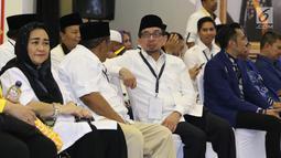 Ketua Majelis Syuro PKS Salim Segaf Al Jufri (tengah) jelang mendampingi pasangan Prabowo/Sandi Uno mendaftar bakal Capres/Cawapres Pemilu 2019 di Gedung KPU, Jakarta, Jumat (10/8). (Liputan6.com/Helmi Fithriansyah)