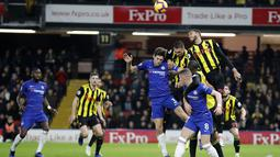 Bek Chelsea, Marcos Alonso berduel dengan pemain Watford pada laga lanjutan Premier League yang berlangsung di Stadion Vicarage Road, Watford, Rabu (24/12). Pasukan Maurizio Sarri menang 2-1 atas Watford.  (AFP/AP)