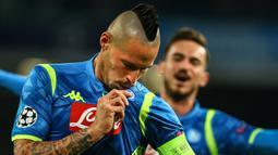 Kapten Napoli, Marek Hamsik merayakan gol pembuka Napoli pada laga lanjutan Liga Champions Grup C yang berlangsung di stadion San Paulo, kamis (29/11). Napoli menang 3-1 atas Red Star Belgrade. (AFP/Carlo Hermann)