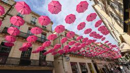 Ratusan payung berwana pink yang digantung untuk meningkatkan kesadaran deteksi dini kanker payudara di Montpellier, Prancis, Selasa (9/10). Tiap tahunnya bulan Oktober, ditetapkan sebagai bulan kewaspadaan atas kanker payudara. (AFP/PASCAL GUYOT)