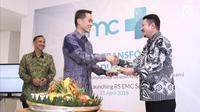 Dirut PT Elang Medika Corpora (EMC) Andya Daniswara memberi potongan tumpeng ke dr David S Perdanakusuma saat soft launching RS EMC di Sentul, Bogor, Jawa Barat, Sabtu (21/4). PT EMC meresmikan nama dan logo RS EMC. (Liputan6.com/Herman Zakharia)