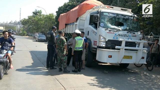 Sebabkan kecelakaan dan membuat pengendara motor tewas, sebuah truk pengangkut tanah diserang warga dengan lemparan batu.
