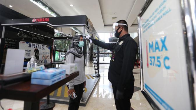 Petugas mengecek suhu tubuh dalam simulasi kesiapan protokol kesehatan di salah satu mal di Kota Bandung, Selasa (2/6/2020). (Foto: Humas Pemkot Bandung)