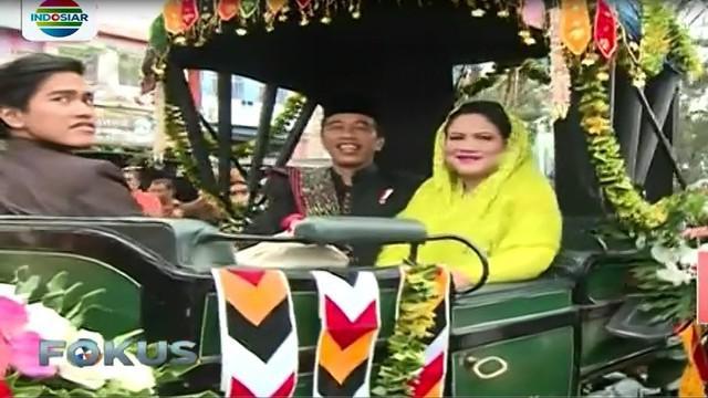 sambil terus menebak senyum, sat per satu bingkisan dilempar Jokowi untuk warga yang berdesakan di sepanjang jalan yang dilalui kirab.