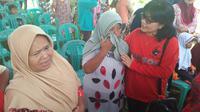 Korban tsunami Selat Sunda, Masrifah mengeluhkan biaya pendidikan anaknya. (Liputan6.com/Yandhi Deslatama)