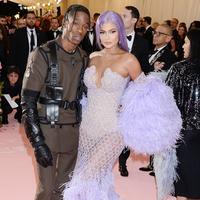 Kylie Jenner bersama Travis Scott di gelaran Met Gala 2019. (© Splashnews.com)