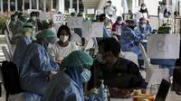 Petugas mendata tenaga kesehatan saat mengikuti vaksinasi COVID-19 massal di Istora Senayan, Jakarta, Kamis (4/2/2021). Kegiatan yang digelar Kementerian Kesehatan dan Pemerintah Provinsi DKI Jakarta tersebut sebagai upaya percepatan vaksinasi COVID-19. (Liputan6.com/Johan Tallo)