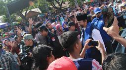 Ketua Umum Partai Nasdem, Surya Paloh tiba menghadiri Kampanye Rapat Umum di Gorontalo, Minggu (24/3). Kampanye terbuka perdana  Partai Nasdem ini diikuti oleh ribuan kader dan simpatisan partai Nasdem Provinsi Gorontalo. (Liputan6.com/Arfandi Ibrahim)