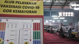 Suasana Sentra Vaksinasi Covid-19 di GOR Kemayoran, Kamis (3/6/2021). Pemkot Jakarta Pusat menggelar Sentra Vaksinasi Covid-19 untuk PKL, karyawan ritel, dan pelaku UMKM di GOR Kemayoran guna memberikan kekebalan kelompok (herd immunity) di sektor perekonomian. (merdeka.com/Iqbal S Nugroho)