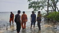 Tim Basarnas Bandung terpaksa menghentikan sementara pencarian korban akibat gelombang tinggi (Liputan6.com/Jayadi Supriaidn)