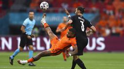 Memphis Depay dan Denzel Dumfries menjadi aktor kemenangan tim Oranje. (Dean Mouhtaropoulous/Pool via AP)