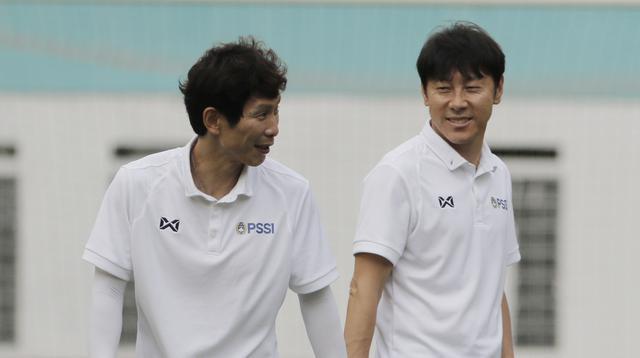 Manajer pelatih Timnas Indonesia, Shin Tae-yong, bersama Gong Oh-kyun saat sesi latihan di Stadion Wibawa Mukti, Cikarang, Senin (13/1/2020). Sebanyak 51 pemain mengikuti seleksi untuk memperkuat skuat utama Timnas Indonesia U-19. (Bola.com/M Iqbal Ichsan