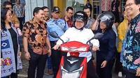 Walikota Surabaya Tri Rismaharini coba naik motor listrik saat bertugas. (Sumber: Instagram/@surabaya)