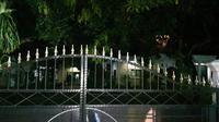 Petugas melakukan jemput paksa di rumah seorang pejabat positif corona, Minggu malam, (29/3/2020), sekitar pukul 19.00 WIB lengkap dengan ambulance medis dari Puskesmas Pasirukem. (Liputan6.com/ Abramena)