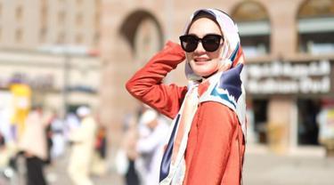 Luna Maya tampak anggun mengenakan hijab sederhana dan pakaian yang menutupi aurat. Foto tersebut diunggah sebagai sample hijab produksi Luna Habit, yang mana adalah label fashion milik Luna Maya. Seperti diketahui, Luna Maya membuka bisnis clothing line pada 2015 lalu. (Liputan6.com/IG/@lunahabit)