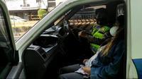 Polisi menolong ibu hamil yang mengalami kontraksi di pinggir Jalan Hasyim Ashari, Gambir, Jakarta Pusat. (Istimewa)