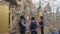 Polisi bersenjata lengkap bersiaga di rumah mewah Kampung Narkoba saat penggeledahan dilakukan. (Liputan6.com/M Syukur)